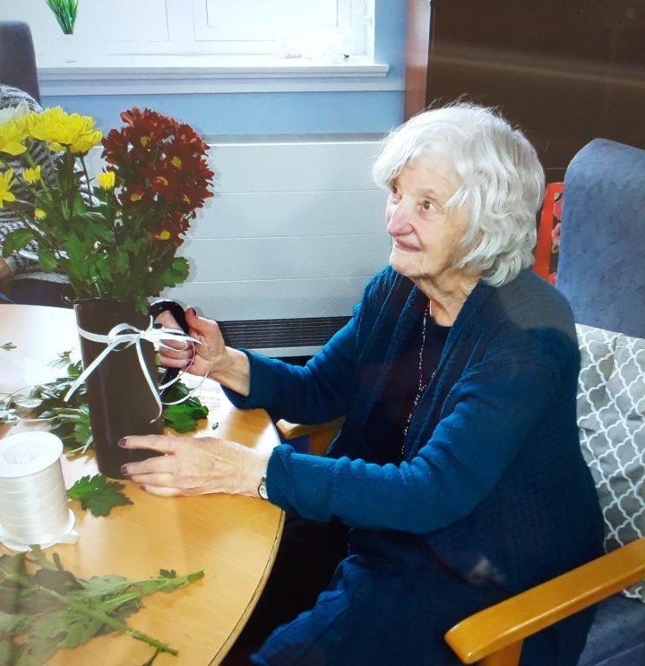 Maryland's customer enjoying flower arranging